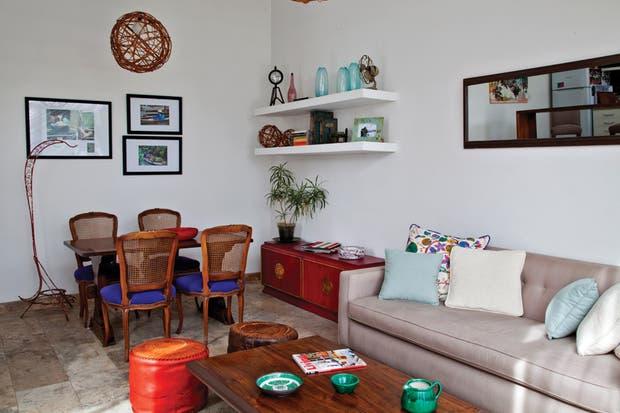 La mesa ratona fue encontrada en la calle y reciclada por María, y también es suyo el diseño del sillón de 1,90m (María Larreta)..