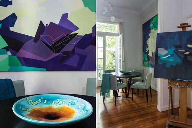 La mesa es un diseño italiano con tapa de madera oscura lustrada y patas de hierro negro en cruz que acompañan sillas tapizadas en lino verde agua. Sobre la mesa, plato de cerámica pintado a mano, y en la silla, manta de lana aguamarina (Tienda de Costumbres).  /Daniel Karp
