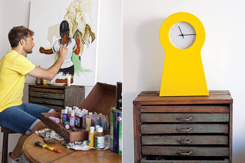El reloj amarillo traído de un viaje a Kuwait contrasta con el viejo fichero oxidado.  Foto:Living /Magalí Saberian