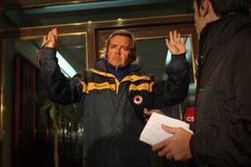 El padrastro de la víctima, Sergio Opatowski, al salir anoche de su departamento en Ravignani 2360