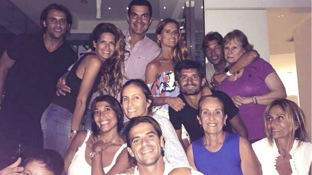 Fernando Gago, con su mujer, Gisela Dulko, y otra pareja feliz, Juan Manuel Urtubey e Isabel Macedo, más Emiliano Papa y Gabriel Heinze