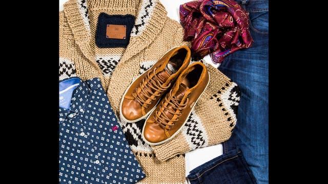 Casual por Key Biscayne - Cardigán de lana con guarda tejido a mano ($1840), camisa azul con rombos blancos ($1702), jean 5 bolsillos ($1438), zapatillas botita de cuero camel ($1610), chalina de seda con búlgaros ($633).