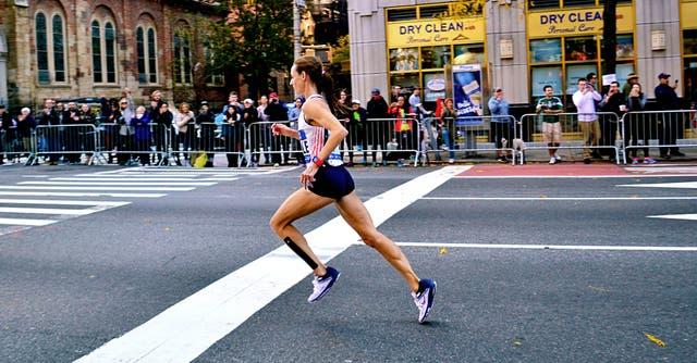 Molly Huddle corriendo solitaria en el maratón de Nueva York 2016. Fue tercera, con el mejor tiempo de una debutante en maratón nacida en Estados Unidos