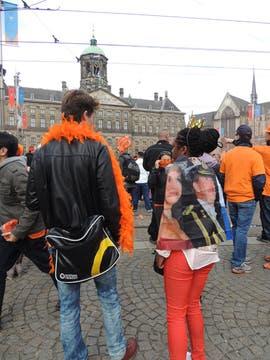 Con carteles y disfraces alusivos a la dinastía Orange, una multitud se congregó en la céntrica plaza Dam para darle la bienvenida a los nuevos reyes. Foto: Gentileza Lucía Veliz