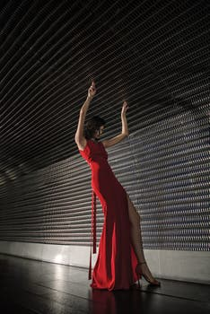 Vestido rojo de seda natural (Evangelina Bomparola).. Foto: Lobo Velar