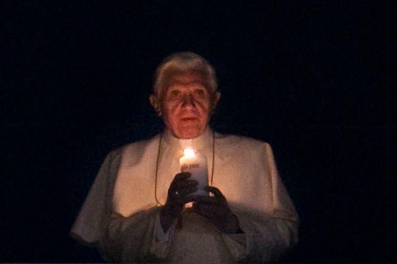 El Papa Benedicto XVI enciende el Cirio de la Paz colocado en la ventana de su apartamento, que da a la plaza de San Pedro. Foto: EFE