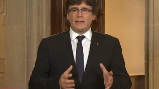 El presidente de Cataluña, Carles Puigdemont, pidió comparecer el martes ante el Parlamento regional