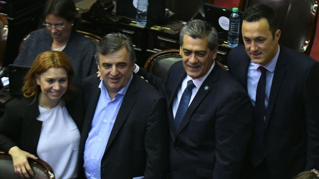 Los diputados Karina Banfi, Mario Negri, Horacio Goicochea entre otros durante el debate de la ley de reforma tributaria, al retomar el cuarto intermedio de la sesión dispuesto esta mañana tras la votación del proyecto de ley de reforma previsional