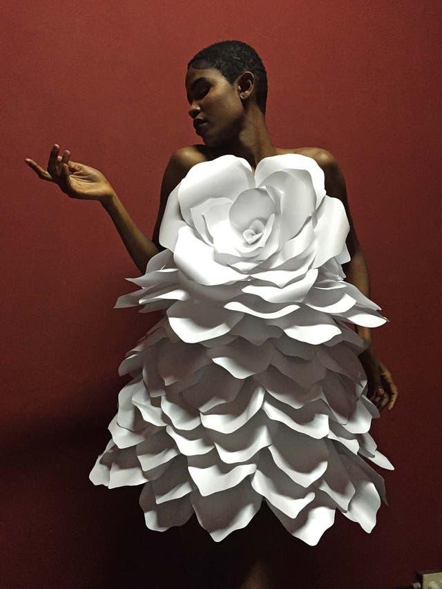 El vestido de papel que realizó en 2016 para una publicidad de Kenzo