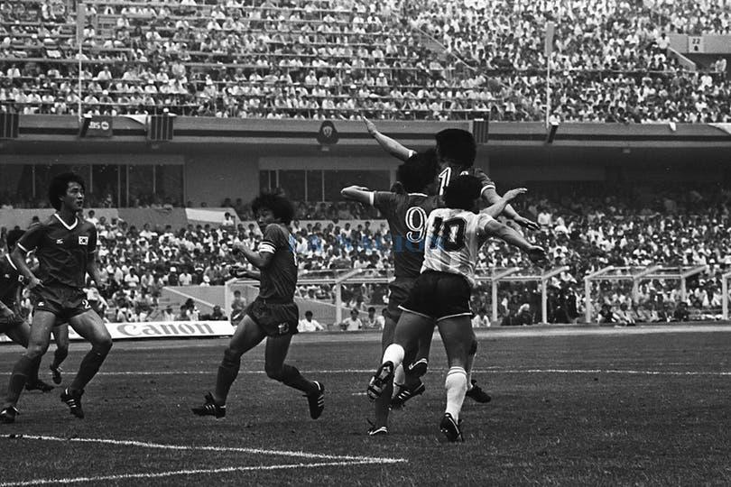 Maradona en el área de Corea. Foto: LA NACION / Antonio Montano