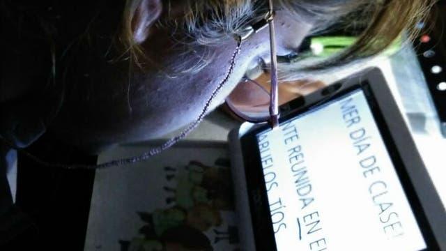 Una paciente que tiene un problema visual por prematurez usa una ayuda electrónica que magnifica el texto