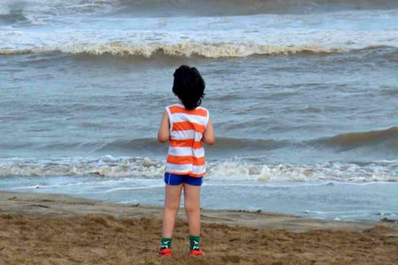 Como a las personas con esta condición suele costarles la adaptación a nuevas situaciones, aconsejan prepararlos antes del viaje; Camilo, de 9 años, pasó sus vacaciones en Villa Gesell