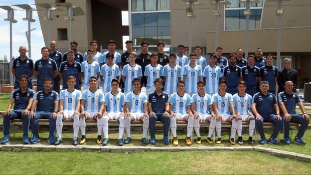 La clásica foto de todo el grupo Sub 15, en San Juan; en el centro, sentado, Placente inicia su primera experiencia como entrenador, tras acompañar a Borghi en Argentinos