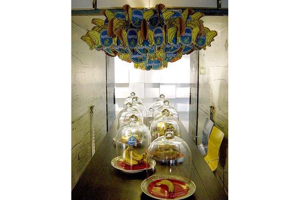 Chiquita Chandelier, por Anneke Jakobs: lámpara realizada con recortes provenientes de cajas de cartón de bananas.