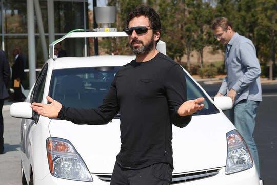 Sensores y cámaras en todos lados. Sergey Brin, cofundador de Google, con sus lentes del proyecto Glass y el vehículo autónomo. Foto: AFP