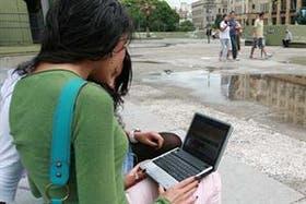 Jóvenes en espacios públicos con wi-fi