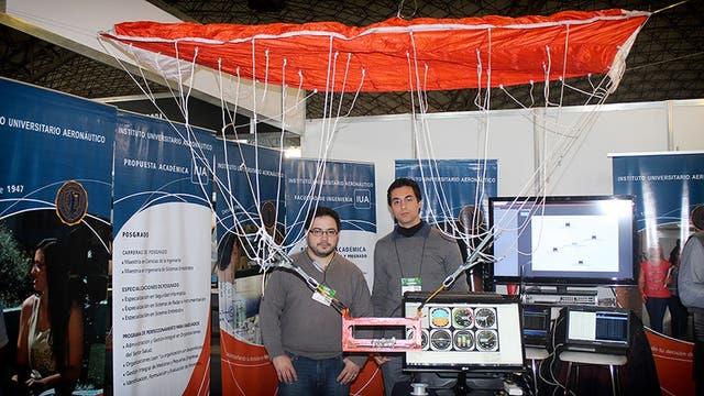 Javier Fernández (izq) y Cristian Alberoni, del Instituto Universitario Aeronáutico, presentaron el proyecto de paracaídas autónomo en la feria Expotrónica, en Córdoba