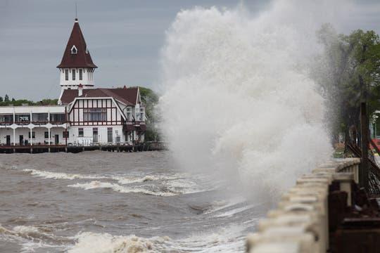 Las olas en la Costenera Norte alcanzaron varios metros de altura. Foto: LA NACION / Ricardo Pristupluk