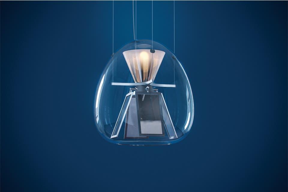 'Harry H', el audaz experimento óptico de Carlotta de Bevilacqua para artemide.com. Combina, dentro de una ligera burbuja de vidrio soplado, la tecnología led con la más vanguardista OLED.