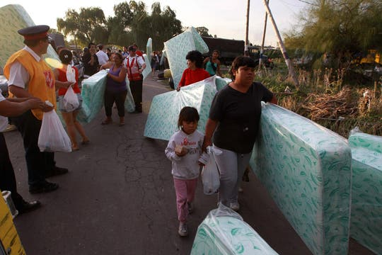 Barrio Villa Elvira, gendarmeria hace llagra las donaciones y las reparte entre los más necesitados. Foto: LA NACION / Fabián Marelli