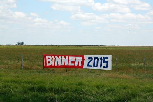 El diputador y ex gobernador santafecino Hermes Binner tiene modestos carteles a la vera de la transitada Autovía 2. Foto: LA NACION / Matías Aimar