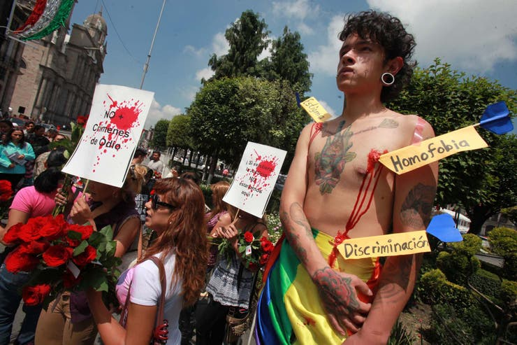 Manifestación de la comunidad Lésbico-Gay-Bisexual-Transexual-Transgénero-Intersexual frente a la cámara de diputados de México