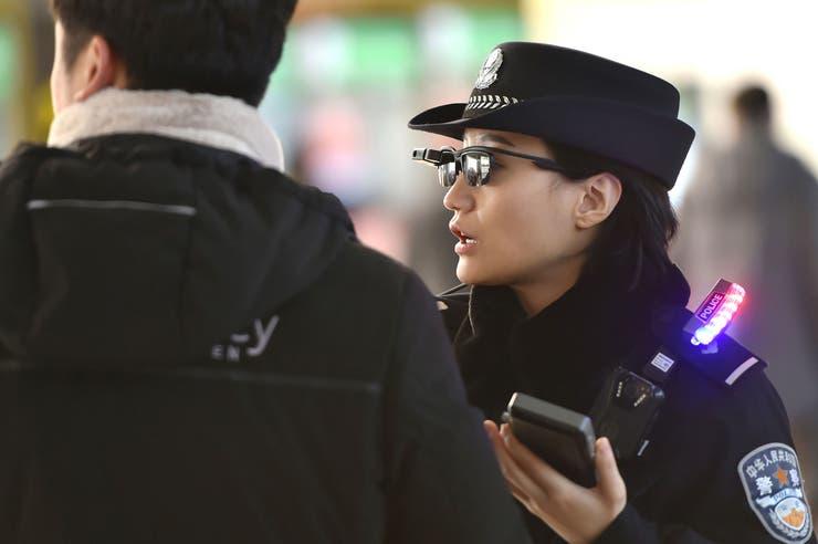 China: la Policía usa gafas de sol inteligentes para identificar ladrones