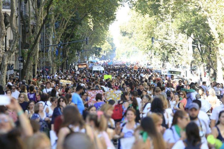 Las calles se llenaron de personas que se movilizaron hasta el Congreso