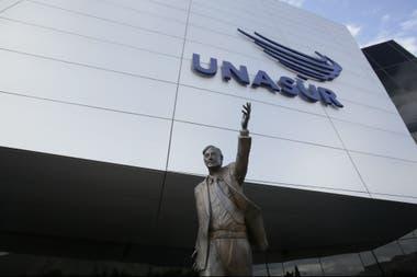 La polémica estatua de Néstor Kirchner en la Unasur