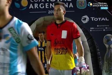 Leonardo Torres, el arquero de Sol de Mayo, utilizó un buzo que le prestó Colón, el club que fue sede del partido.