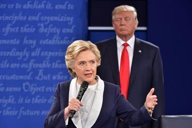 En esta foto de archivo tomado el 9 de octubre de 2016, el candidato presidencial republicano Donald Trump escuchó a la candidata presidencial demócrata Hillary Clinton durante el segundo debate presidencial en la Universidad de Washington en St. Louis, Missouri