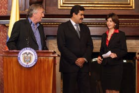 Kirchner, junto a los cancilleres de Colombia y Venezuela, luego de brindar la conferencia de prensa donde anuncian el encuentro entre Santos y Chávez