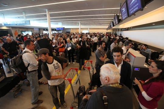 Hay pasajeros que hace más de 20 horas que esperan el el aeropuerto la salida de su vuelo. Foto: LA NACION / Ricardo Pristupluk