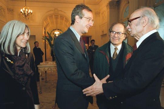 En 1997 junto a María Kodama, Adolfo Pérez Esquivel y el vicepresidente de Italia. Foto: Archivo