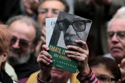 Cientos de personas se acercaron al velatorio de Sabato en el Club Defensores, frente a la casa del escritor. Foto: Reuters