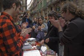 En el centro, la única que no aplaude, Marta Sánchez acaba de canjear un libro por un órgano