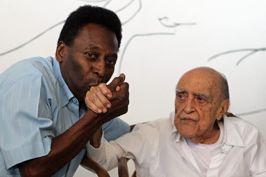 El arquitecto brasileño Oscar Niemeyer y el ex futbolista Pelé en la presentación de un proyecto del artista para el museo del ex campeón mundial con la selección de fútbol. Foto: Archivo