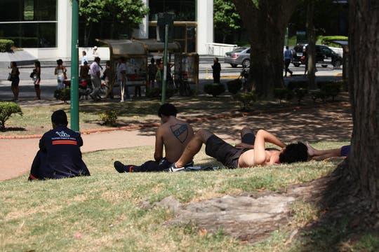 La ola de calor no le da respiro a los porteños. Foto: LA NACION / Sebastián Rodeiro