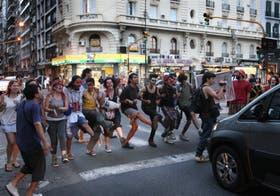Manifestantes en apoyo a la ocupación de la sala Alberdi cortaron Corrientes a la altura de Paraná
