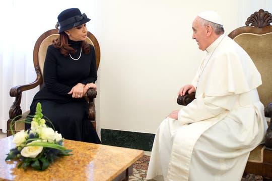 Francisco recibió cálidamente a Cristina en la residencia Santa Marta. Foto: AP