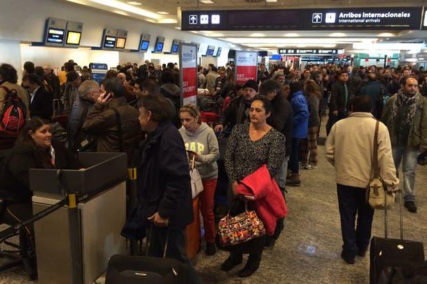 Aeropuerto Jorge Newbery Aeroparque ciudad Buenos Aires demoras cancelaciones vuelos cancelados conflicto gremial pilotos Aerolíneas Argentinas Austral
