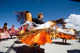 Aunque no es Carnaval, la celebración se parece bastante: música, bailarines y hasta diablos por las calles de Puno