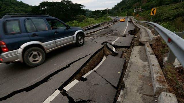 El sismo afectó las vías de transporte en ambos países. Aquí una carretera cerca de Chone, en Ecuador.