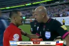 El inesperado pedido del árbitro Heber Lopes a Alexis Sánchez al finalizar el primer tiempo