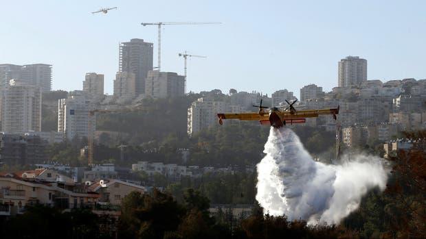 Aviones bomberos sobrevuelan Haifa para detener el avance de las llamas