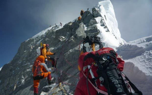 El Escalón de Hillary (la imagen muestra cómo se veía antes) era el último gran desafío técnico antes de llegar a la cumbre del Everest