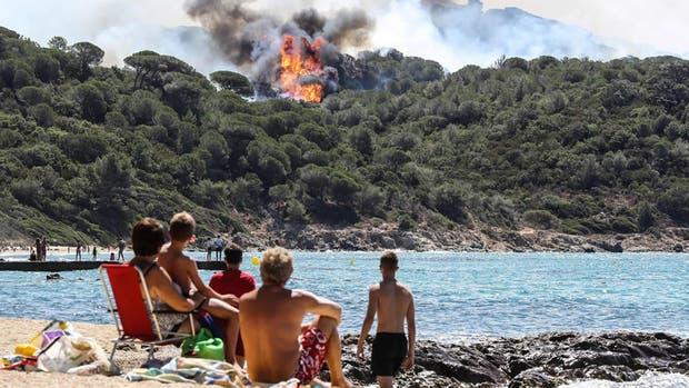 Unas 10.000 personas fueron evacuadas en la por un nuevo incendio que quemó al menos 400 hectáreas cerca de la localidad de Bormes-les-Mimosas