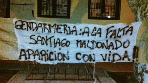 Colgaron una bandera en la escuela donde debía votar Santiago Maldonado