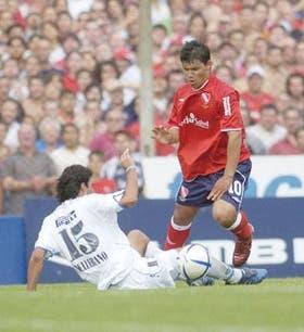 Sergio Agüero, otra vez determinante en Independiente, esquiva la marca de Pellerano, de Vélez
