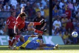 Pusineri vuela después de una fuerte entrada de Díaz; el capitán de Independiente no tuvo una buena tarea en la Bombonera